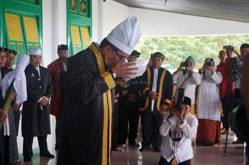 Sultan meminum Ake Dango