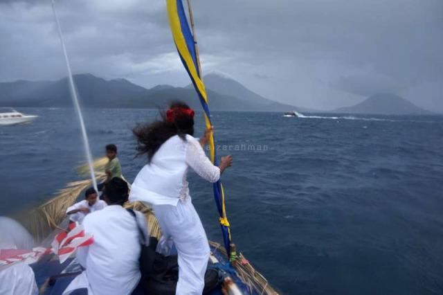 Berada di atap perahu saat hujan deras dan angin kencang: menantang!