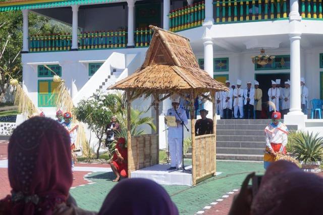 Sultan Tidore Hi. Husain Sjah memberikan pidato kebudayaan