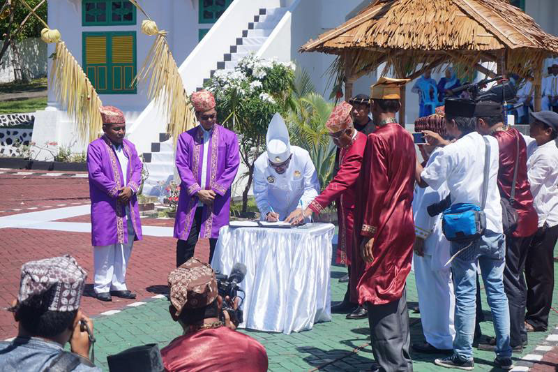 Sultan Tidore Hi. Husain Sjah menandatangani nota kesepahaman mendukung pengajuan proposal Museum Maritim Dunia