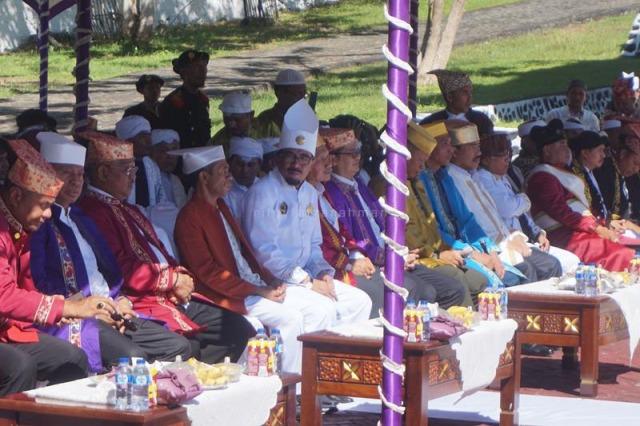 Sultan Tidore bersama para tokoh dan tamu undangan lainnya