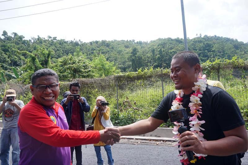 Yakub Husain bersalaman dengan Eko Nurhuda, salah satu pemenang lomba blog usai pengalungan bunga