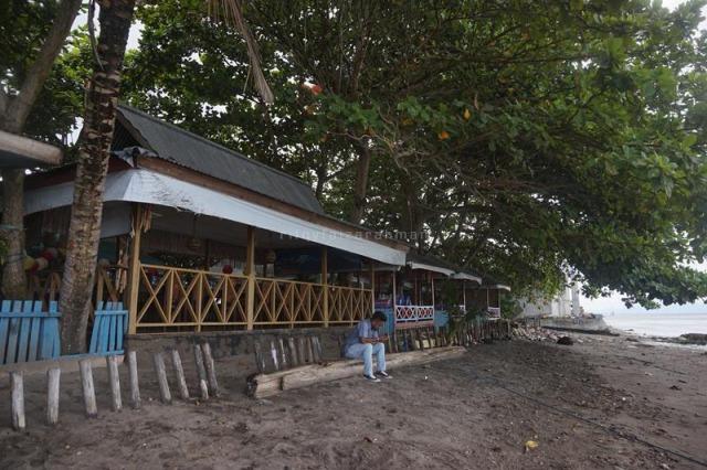 Salah satu saung kayu tempat makan di Restoran Safira Beach yang berada di tepi pantai