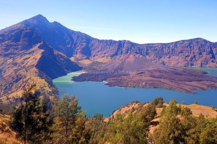 Danau Segara Anak dan Gunung Barujari dilihat dari Watu Ceper