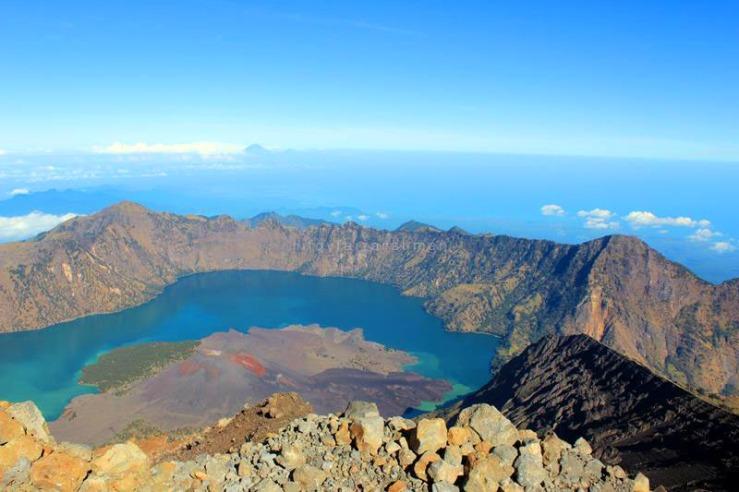 Danau Segara Anak dilihat dari puncak Gunung Rinjani