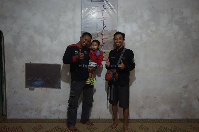 Bersama Pak Ambon dan anak keduanya di kediaman beliau (Dipotret oleh Mas Aan)