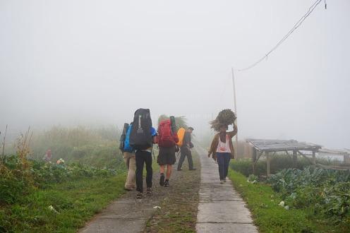 Trek awal dari dusun, melewati ladang pertanian milik warga