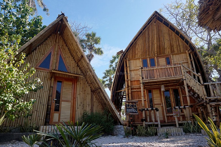 Rumah berasitektur Sasando (kanan) adalah cara si pemilik melestarikan kesenian musik tradisional Timor, Nusa Tenggara Timur.