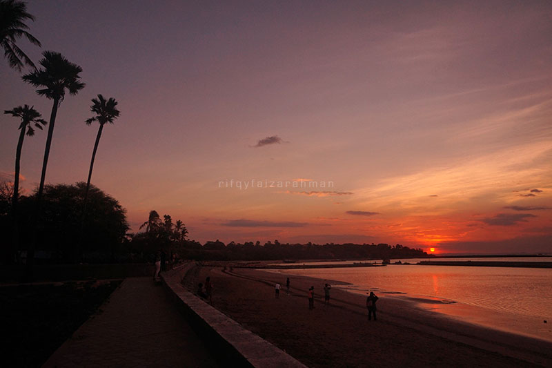 Di tengah teriknya Kupang, menginap dan bersantai di OCD Beach Café & Hostel akan menyejukkan. Saat cerah, pemandangan matahari terbenam menjadi nilai lebih.