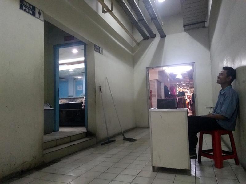 Revan, penjaga toilet Pasar Grosir Solo