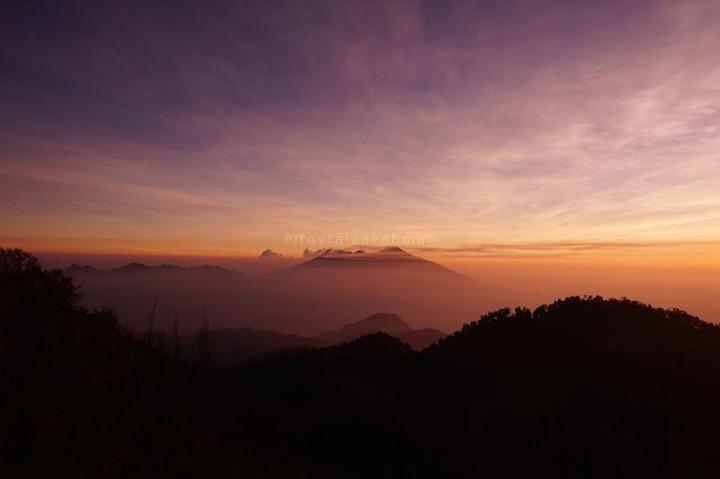 Pemandangan Gunung Arjuno-Welirang berselubung kabut