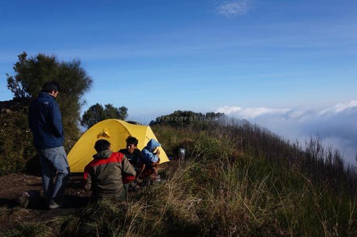Sekelompok pendaki berkemah di puncak Butak