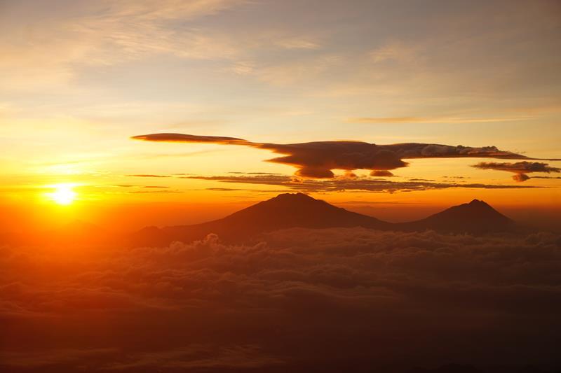 Matahari terbit dengan latar Gunung Merbabu dan Merapi