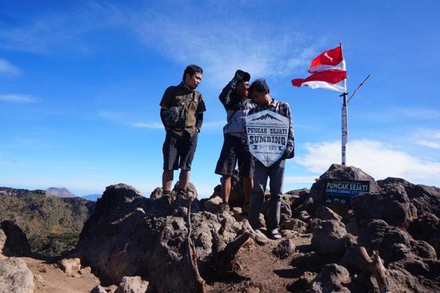 Ketiga teman setim di puncak Gunung Sumbing
