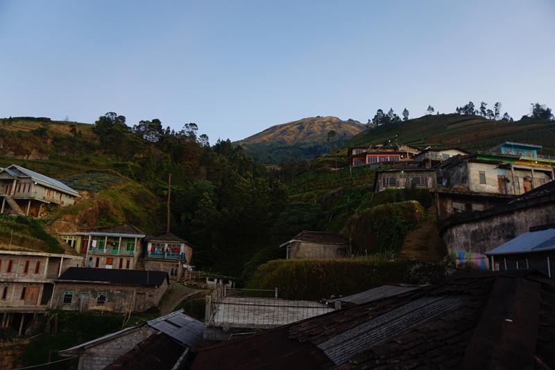 Permukiman Dusun Butuh dengan latar Gunung Sumbing