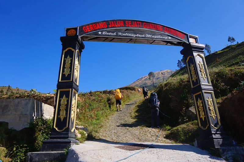 Gerbang pendakian Gunung Sumbing jalur Butuh, Kaliangkrik, Magelang