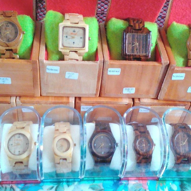 Beraneka corak jam tangan kayu yang sudah dipesan pembeli