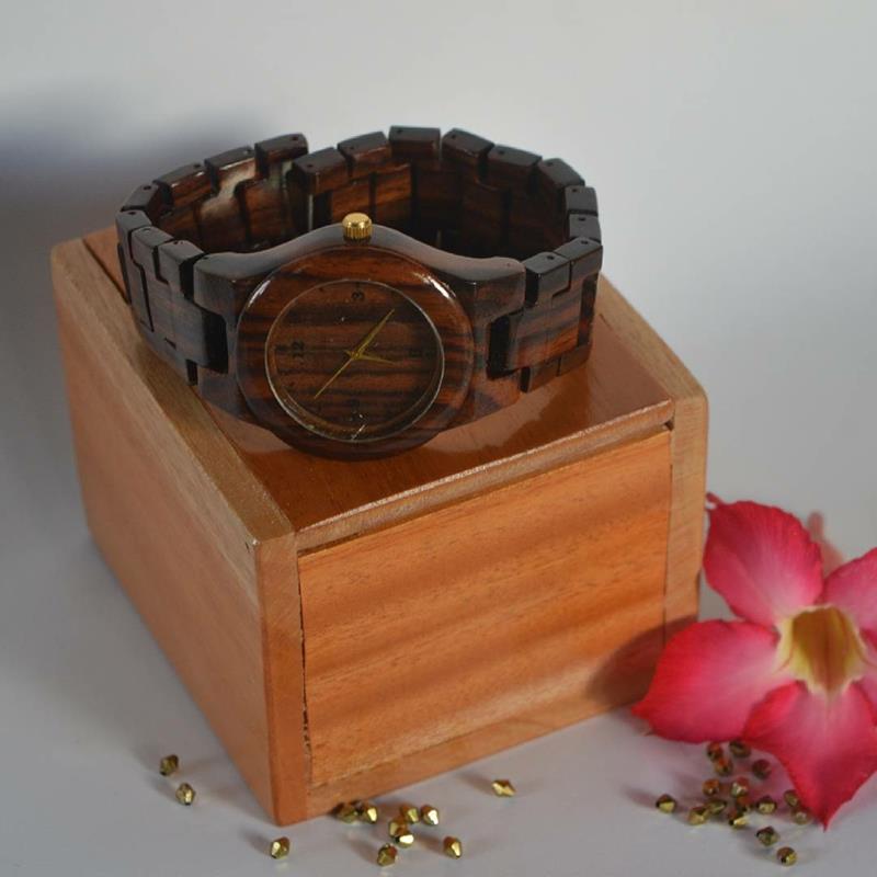 Contoh arloji berbahan kayu sonokeling (Sumber: Instagram maccasi_craft)