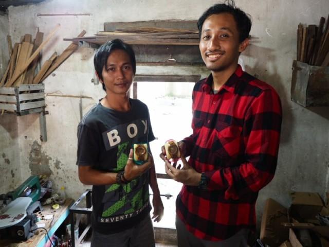 Saya bersama Akbar di dapur produksi jam tangan kayu di rumahnya