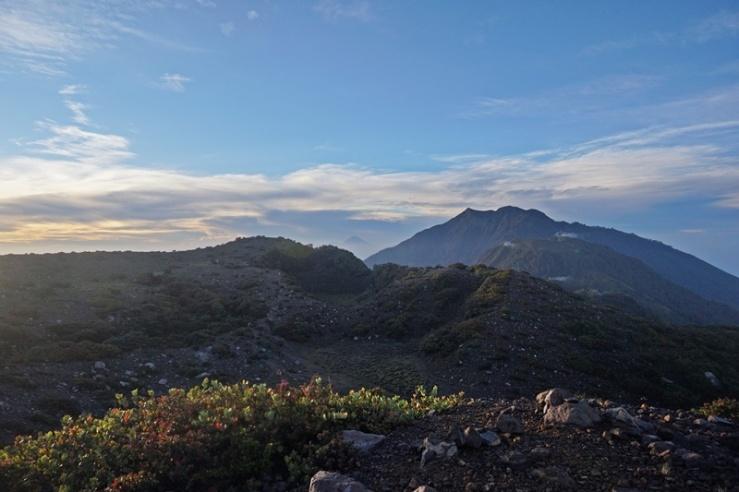 Gunung Arjuno terlihat dari puncak Gunung Welirang