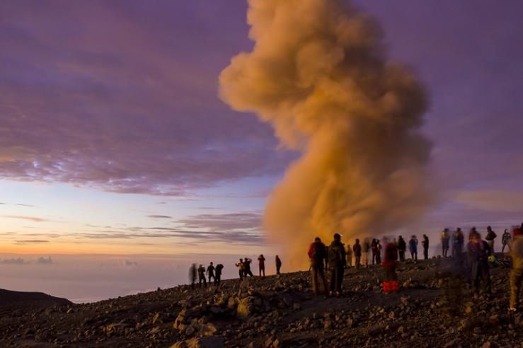 Asap beracun kawah Jonggring Saloka Gunung Semeru
