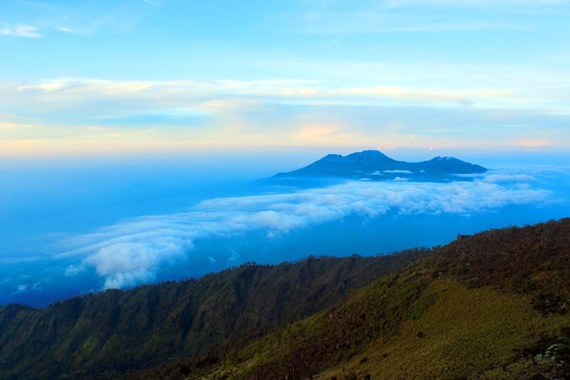 Pemandangan Gunung Kawi dan Gunung Butak dari puncak Gunung Arjuno