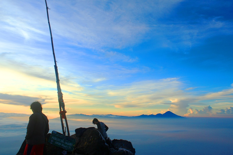 Pemandangan Gunung Semeru dari puncak Gunung Arjuno